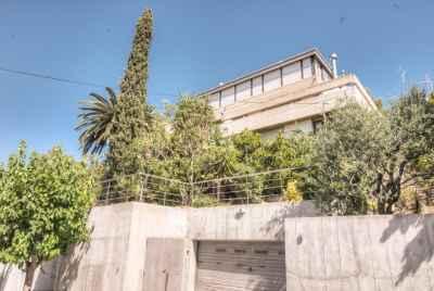 Светлый дом с видами на море в пригороде Барселоны